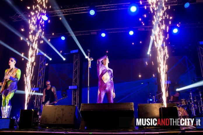 Achille Lauro largo sul palco con la band