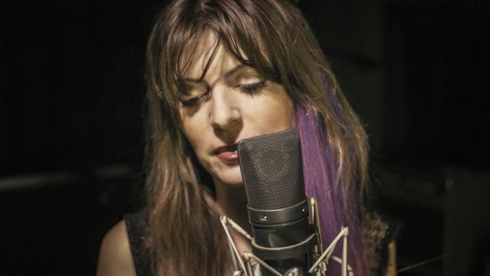 Azzurra Lorenzini di fronte ad un microfono